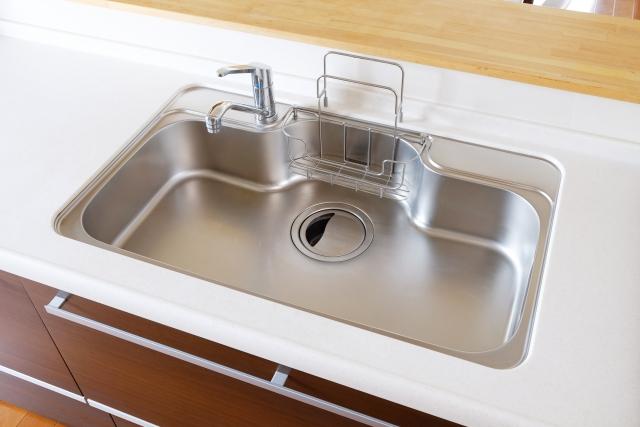 なぜ台所・キッチンのシンクの水はすぐ腐るのに、湖や池の水は平気なのか?